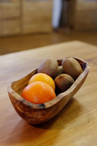 Obstschale aus Olivenholz in der Küche