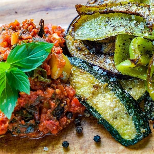 Gebratenes Gemüse mit Tomate